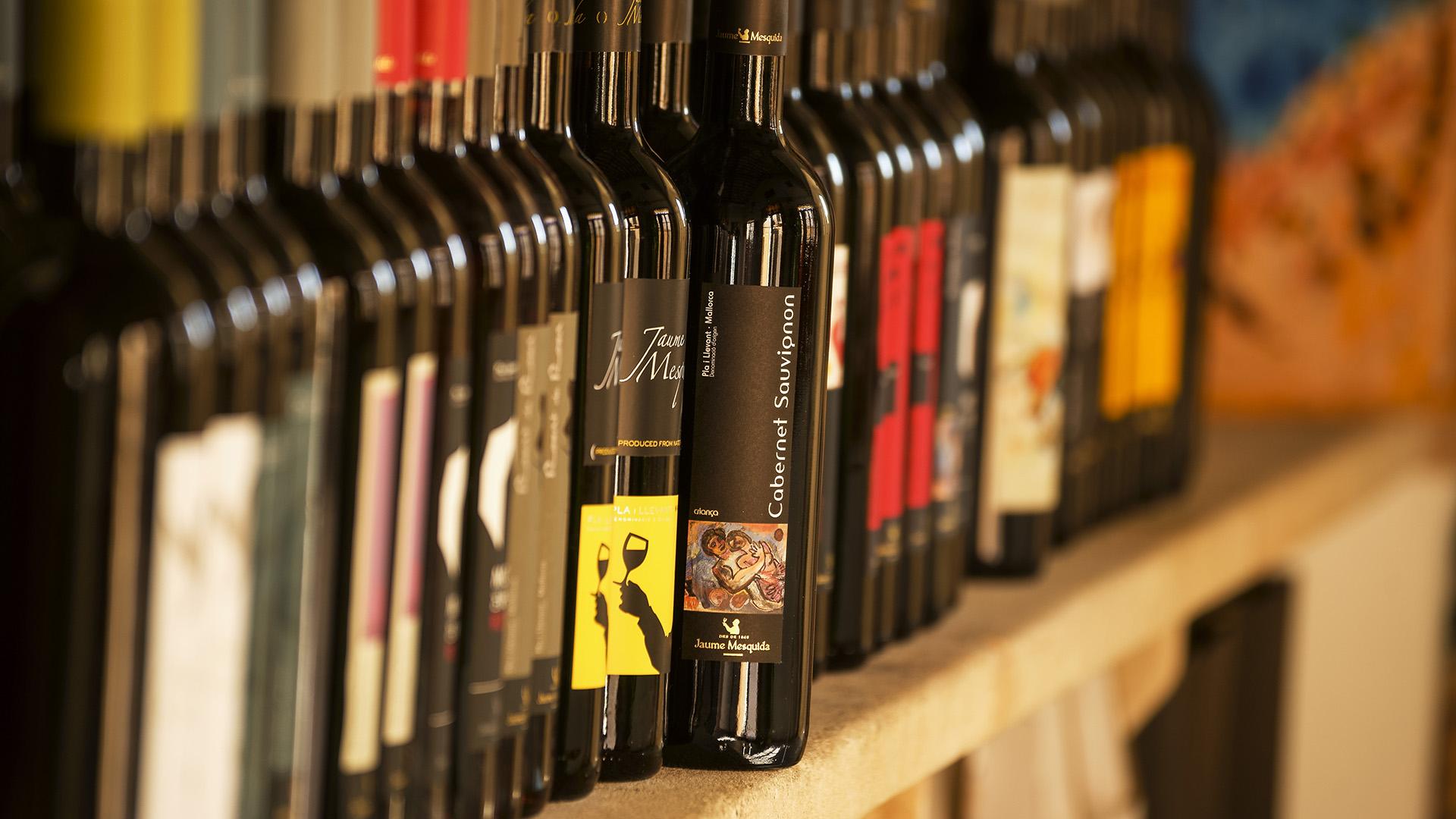 Variedad de botellas de vino y Denominaciones de Origen de Mallorca.