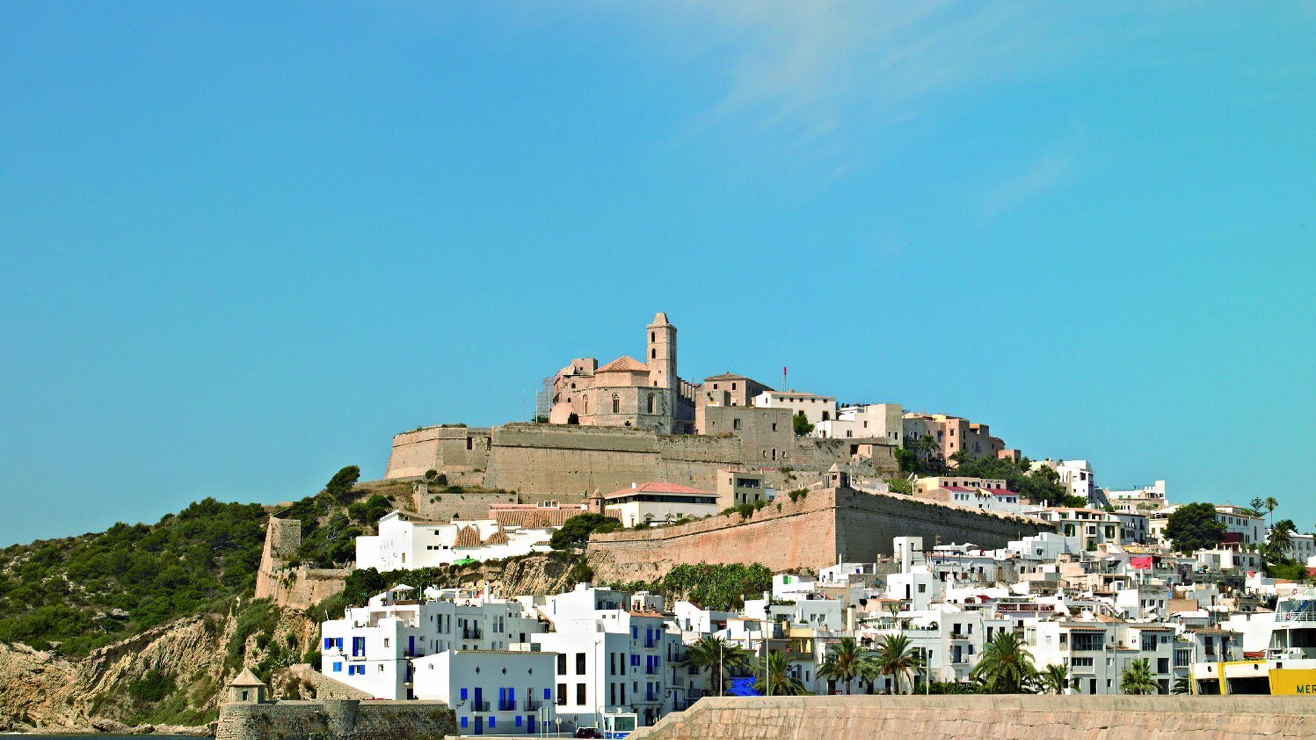 Vista a la ciudad amurallada de Dalt Vila en Ibiza