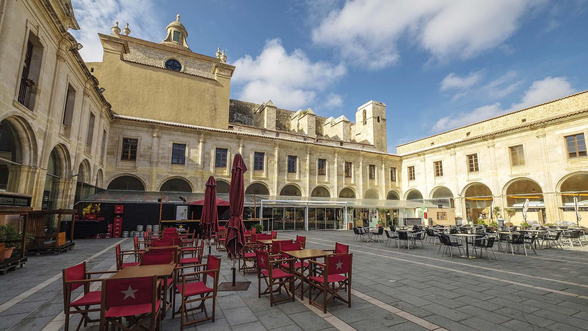 Vista exterior a las terrazas del Mercado Claustro del Carmen
